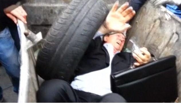 Ucraina Vitaly Zhuravsky gettato cassonetto politico