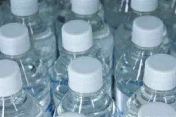 acqua in bottiglie di plastica 2