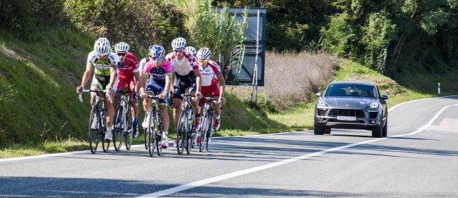 ciclisti pedalano in gruppo