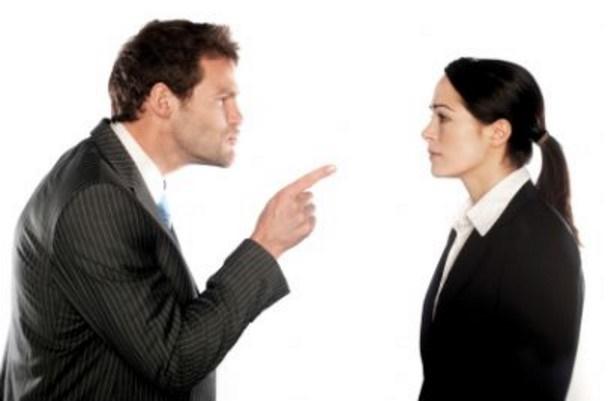 datore di lavoro minaccia licenziamento reato