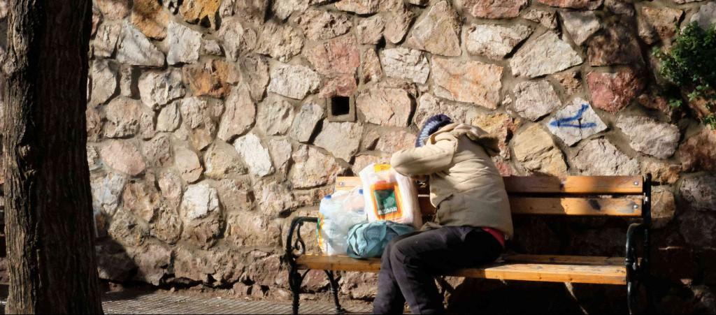 greci mangiano avanzi dei profughi