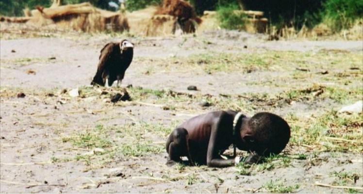 il bambino e l'avvoltoio fotografia