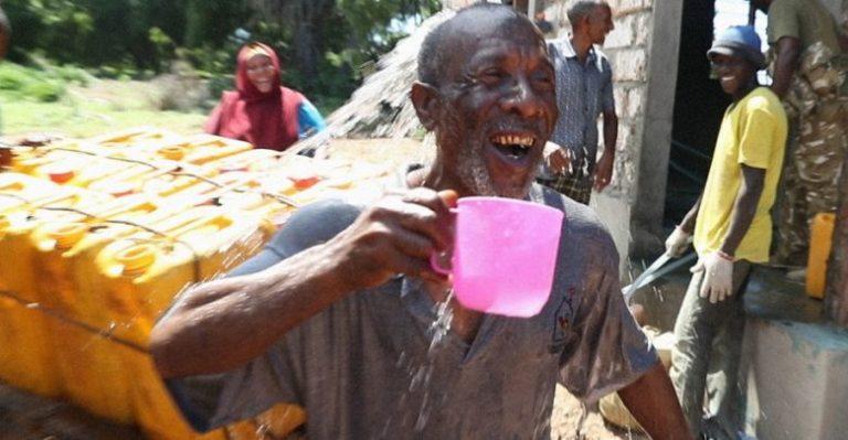 Kenya cittadino di Kiunga contento per l'acqua potabile generata dall' impianto di desalinizzazione GivePower