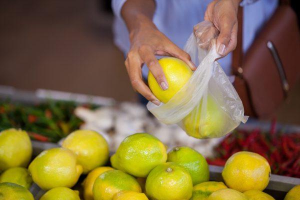 La burla dei sacchetti biodegradabili che si possono portare da casa