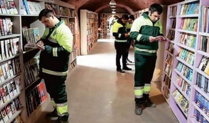 netturbini creano una biblioteca con i libri raccolti dalla spazzatura