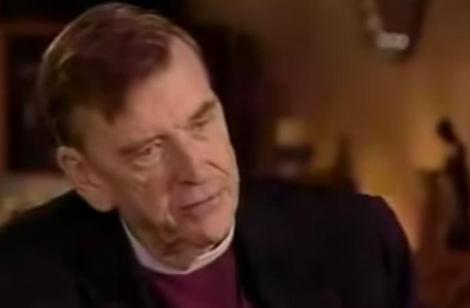 sacerdote spiega come la religione sia usata per controllare le persone