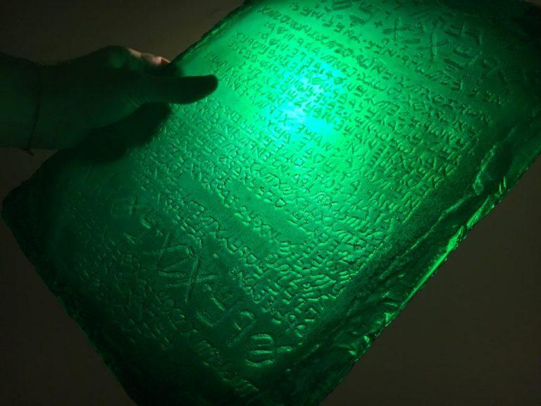 la tavola di smeraldo contiene i segreti dell' universo e della vita sulla terra